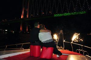 041 300x199 - Yatta Evlilik Teklifi Sürprizi - Teknede evlenme teklifi