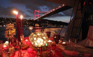 aksam yemegi 61 300x184 - Yatta Evlilik Teklifi Sürprizi - Teknede evlenme teklifi